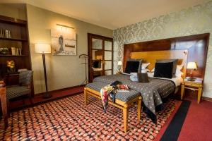 Tamaño de la habitación 30 m²  Habitación más amplia con vistas al lago de Annecy y a las montañas de los alrededores. Está equipada con minibar, TV de pantalla plana y baño con bañera, secador de pelo y artículos de aseo gratuitos.   Algunas tienen balcón.
